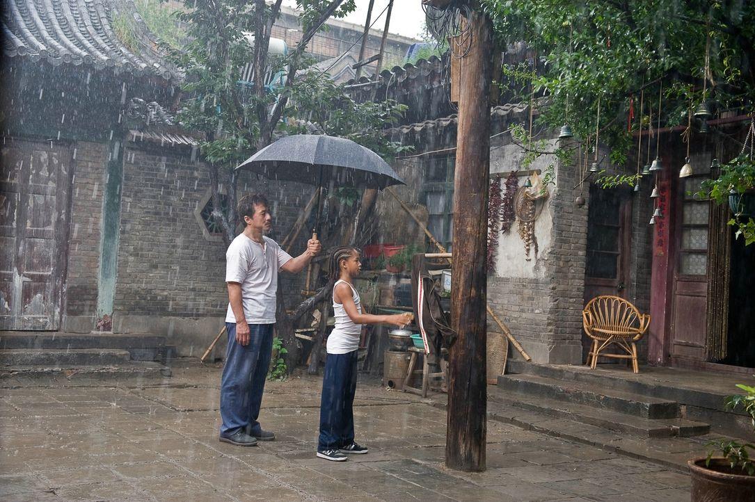 Dre (Jaden Smith, r.) kann es nicht glauben: Statt zu trainieren, gibt ihm Mr. Han (Jackie Chan, l.) die scheinbar völlig sinnlose Aufgabe, immer wi... - Bildquelle: 2010 CPT Holdings, Inc. All Rights Reserved.