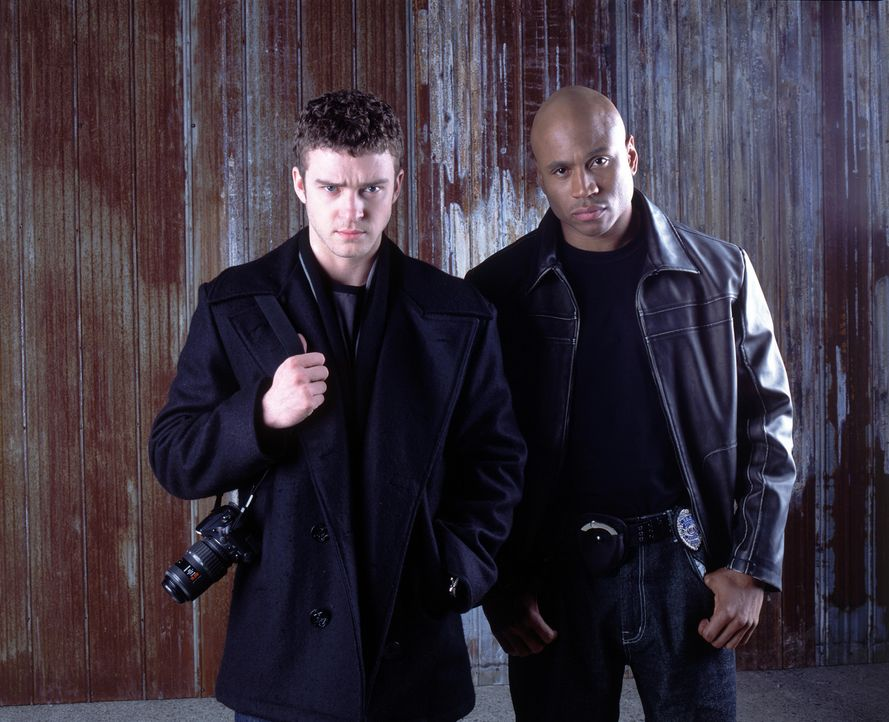 Bei einem Mordprozess beobachtet der junge Journalist Josh Pollack (Justin Timberlake, l.), wie der Angeklagte nach seiner Verurteilung dem Cop Raph... - Bildquelle: 2005 FILM & ENTERTAINMENT VIP MEDIENFONDS 3 GmbH & Co. KG GmbH