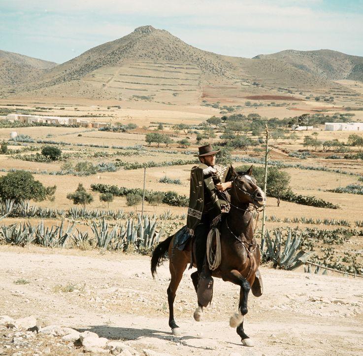 Der Kopfgeldjäger Monco (Clint Eastwood) ist im Namen des Gesetzes unterwegs, um den mexikanischen Banditen Indio unschädlich zu machen ... - Bildquelle: United Artists
