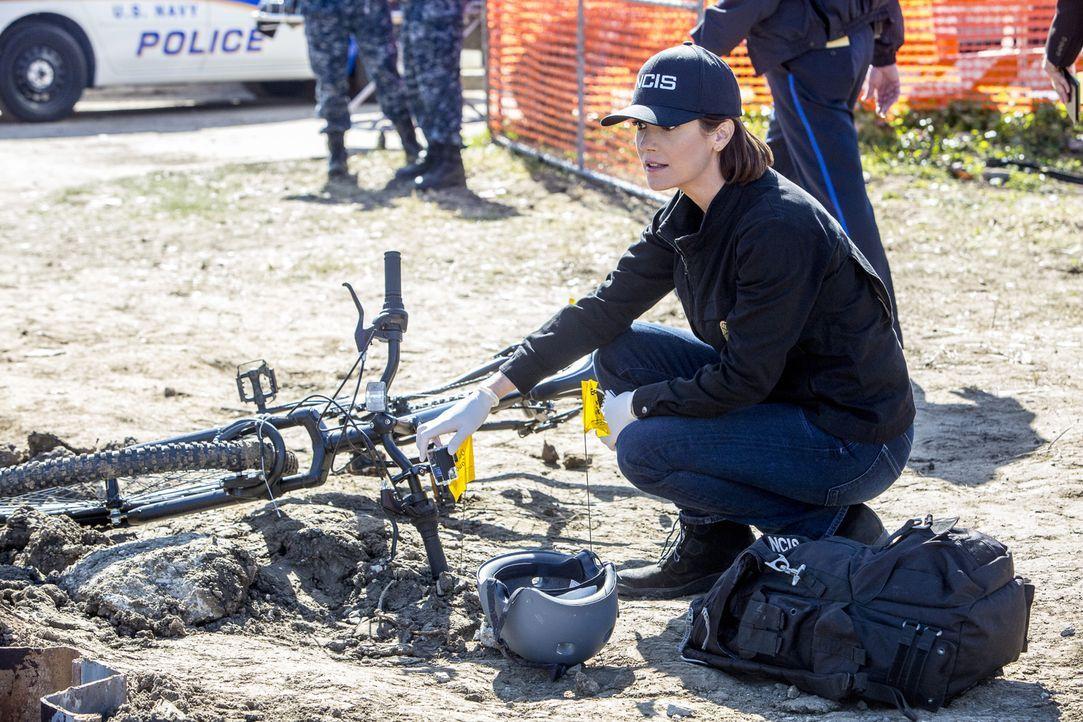 Weil er einen Dieb aufhalten wollte, musste Petty Officer Jim Tobin sterben. Bei ihren Ermittlungen finden Brody (Zoe McLellan) und ihre Team-Kolleg... - Bildquelle: Skip Bolen 2016 CBS Broadcasting, Inc. All Rights Reserved
