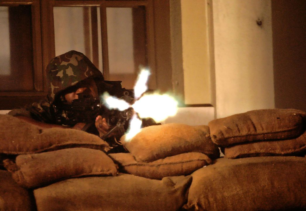Just, als in Moldawien ein Bürgerkrieg zu entbrennen droht und der Mob bereits US-Flaggen auf der Straße verbrennt, tritt Ex-Navy-Seal Samuel Keen... - Bildquelle: 2005 Micro Fusion 2004-15 LLP. All rights reserved.