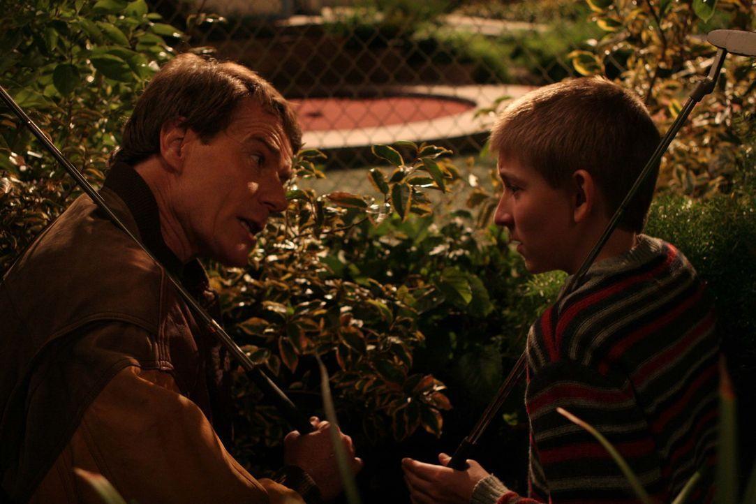 Dewey (Erik Per Sullivan, r.) und Hal (Bryan Cranston, l.) planen einen gemeinsamen Tag ... - Bildquelle: TM +   2000 Twentieth Century Fox Film Corporation. All Rights Reserved.