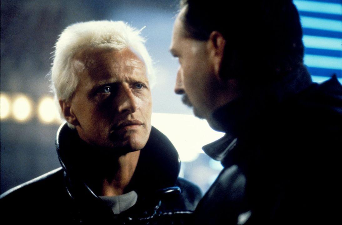 Roy Batty (Rutger Hauer, l.) ist der Anführer der rebellierenden Replikanten ... - Bildquelle: Warner Bros.