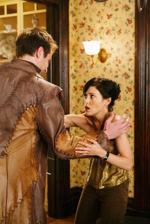 Kann sich Phoebe (Alyssa Milano, r.) aus den Fängen von Sarpedon (Neil Hopkins, l.) befreien? - Bildquelle: Paramount Pictures