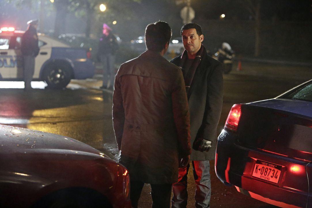 Javier (Jon Huertas, r.) muss Castle (Nathan Fillion, l.) informieren, dass eine seiner Theorien falsch ist ... - Bildquelle: ABC Studios