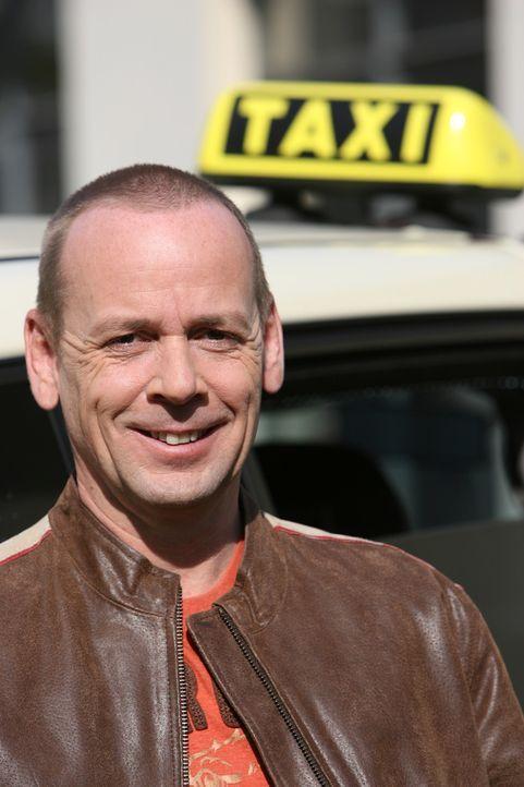 """Thomas Hackenberg, Moderator und Fahrer des """"Quiz Taxi"""", bietet seinen Fahrgästen die Chance, ein kleines Vermögen zu gewinnen ... - Bildquelle: kabel eins"""