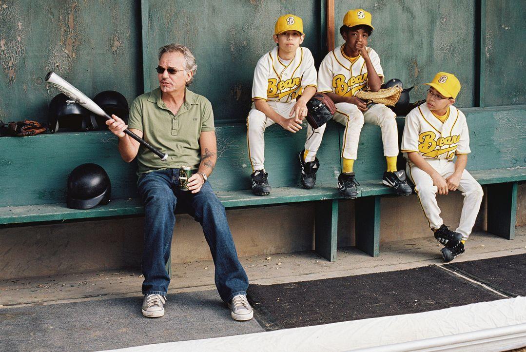 """Der ehemalige Baseball-Profi Morris Buttermaker (Billy Bob Thornton, l.) übernimmt den Job als Coach der """"Bears"""" nur, weil er enorme Geldsorgen hat... - Bildquelle: TM &   Paramount Pictures. All Rights Reserved."""