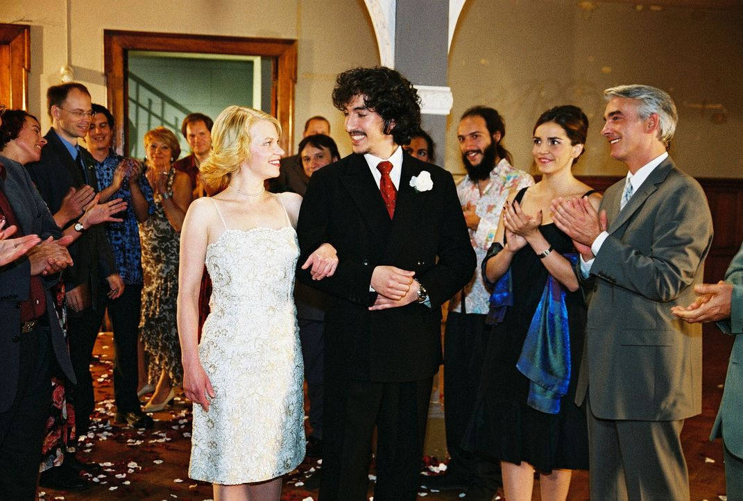 Sandra (Rebecca Immanuel, 2.v.r.) und Felix (Christoph M. Ohrt, r.) gratulieren dem frisch vermählten Brautpaar (Theresa Hübchen, vorne l.; Raffel G... - Bildquelle: Hardy Spitz Sat.1