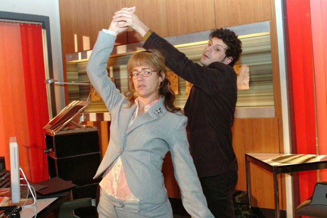 Lisas (Alexandra Neldel, l.) und Rokkos (Manuel Cortez, r.) Tanzversuche scheitern daran, dass sich Lisa nicht führen lässt - und sich schließlich i... - Bildquelle: Monika Schürle Sat.1