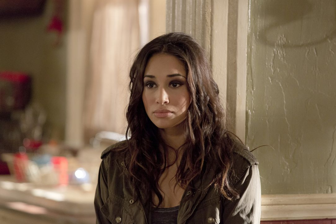 Sally (Meaghan Rath) sieht keinen anderen Ausweg, als einen alten Feind um Hilfe zu bitten ... - Bildquelle: Philippe Bosse 2014 B.H. 4 Productions (Muse) Inc. ALL RIGHTS RESERVED.