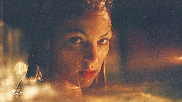 Seit Jahren wird die Meerjungfrau (Rya Kihlstedt) in einem Wassertank gefange...