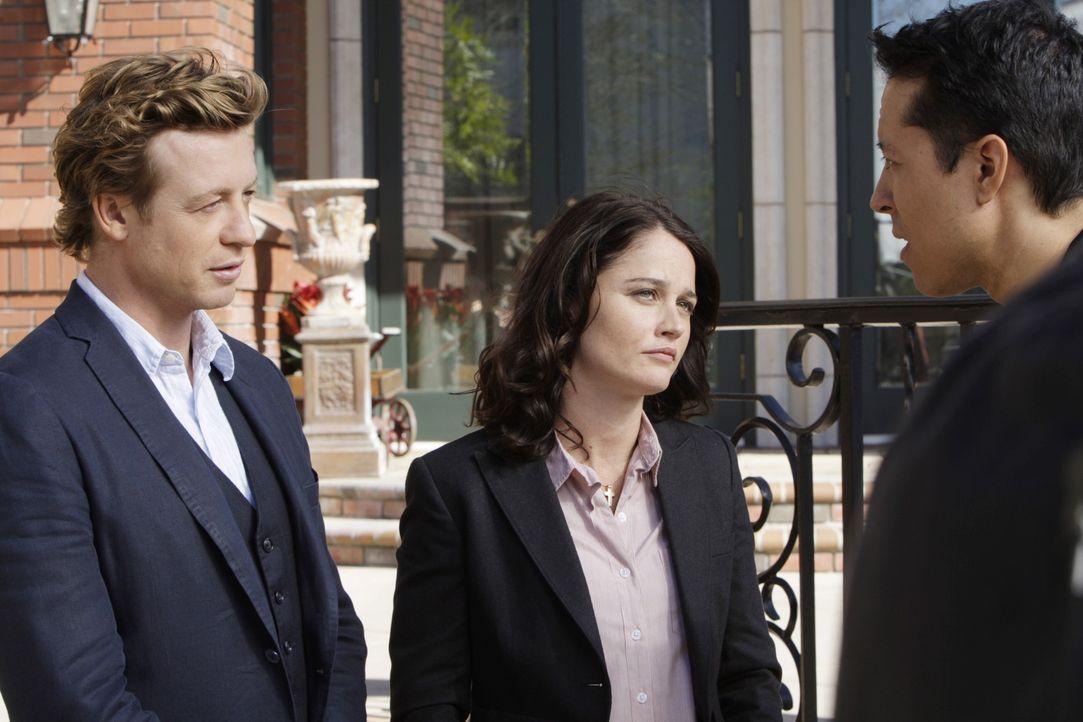 Hat Victor Castillo (Yancey Arias, r.) etwas mit dem Mord an Scarlett zu tun? Patrick Jane (Simon Baker, l.) und Teresa Lisbon (Robin Tunney, M.) ve... - Bildquelle: Warner Bros. Television