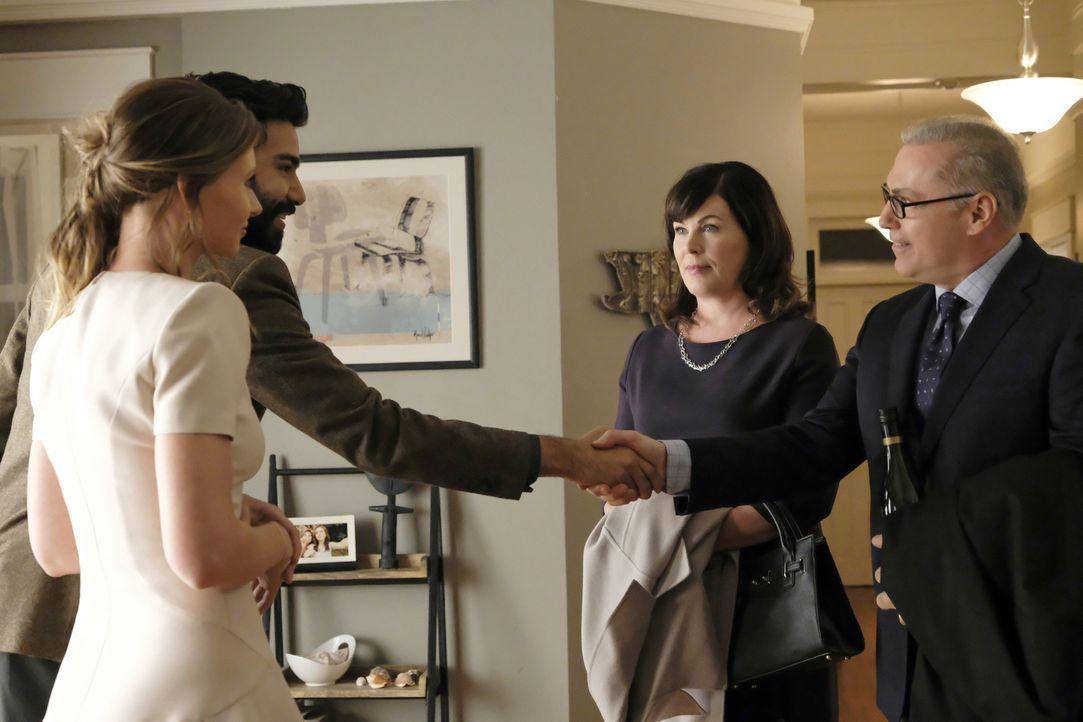 (v.l.n.r.) Peyton (Aly Michalka); Clive (Malcolm Goodwin); Emily (Jill Teed) und Bill Charles (Al Sapienza) - Bildquelle: Warner Bros.