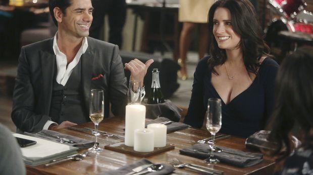 Als Jimmy (John Stamos, l.) und Sara (Paget Brewster, r.) vorgeben, ein Paar...