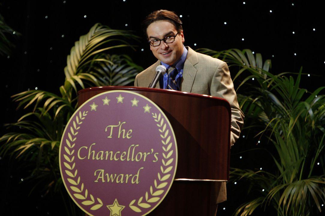 Kündigt Sheldon bei der Veranstaltung an, verliert jedoch die Beherrschung und breitet sein demütigendes Erlebnis mit seiner Mutter vor dem Publik... - Bildquelle: Warner Bros. Television