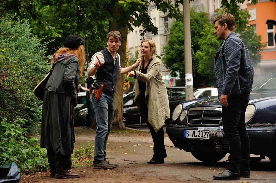 Josephine (Diana Amft, 2.v.r.), Fritz (Matthi Faust, r.) und Alexander (Alexander Khuon, 2.v.l.) werden bei den Ermittlungen in einem neuen Mordfall... - Bildquelle: Hardy Spitz SAT.1