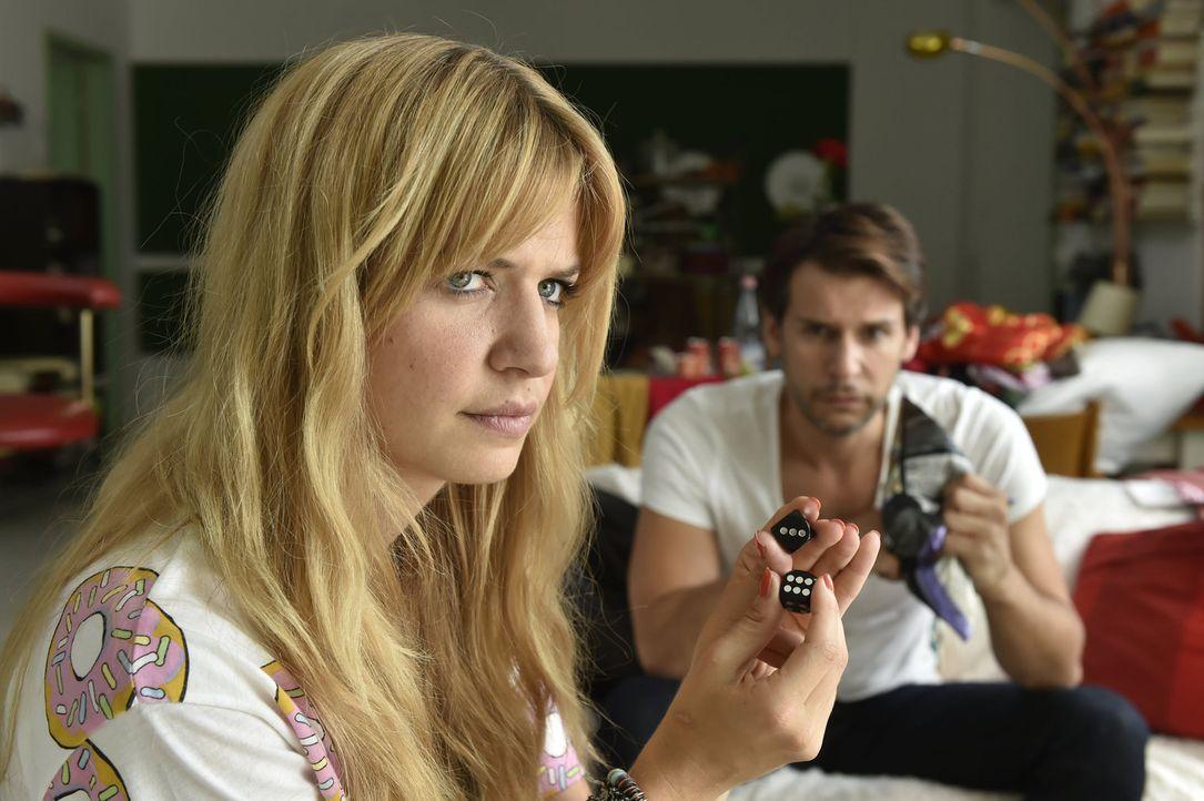 Mila (Susan Sideropoulos, l.) muss dank Nicks (Florian Odendahl, r.) Einsatz einsehen, dass nicht alles Schicksal ist, was scheinbar zufällig geschi... - Bildquelle: Claudius Pflug sixx