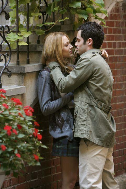 Endlich haben sie zueinander gefunden: Dan (Penn Badgley, r.) und Serena (Blake Lively, l.) genießen ihre gemeinsame Zeit ... - Bildquelle: Warner Brothers
