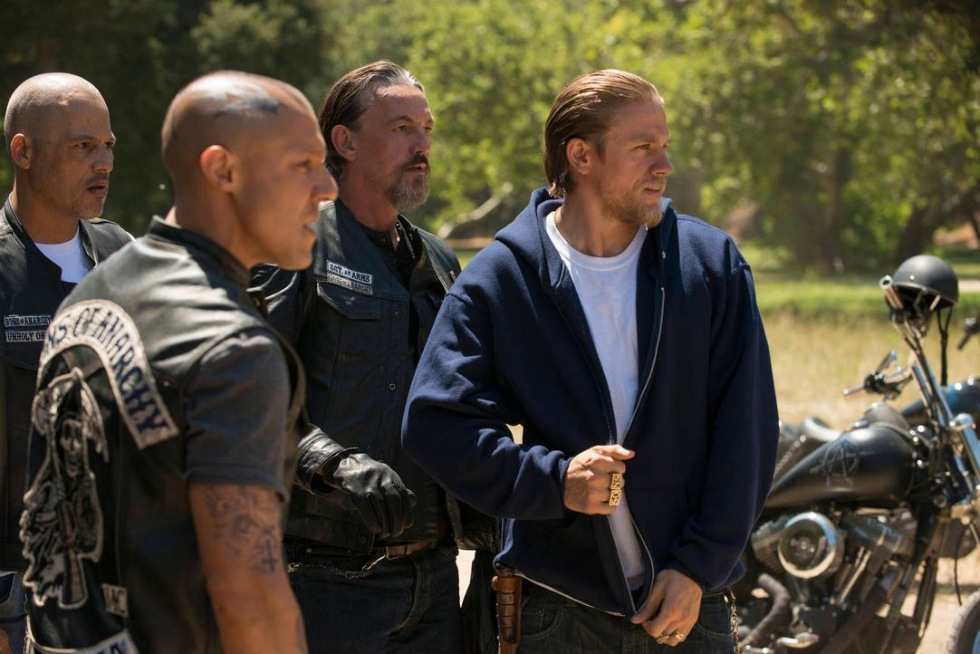 Wollen die Ausrichtung des Clubs auf weniger riskantes Terrain lenken: Happy (David Labrava, l.), Juice (Theo Rossi, 2.v.l.), Chibs (Tommy Flanagan,... - Bildquelle: 2012 Twentieth Century Fox Film Corporation and Bluebush Productions, LLC. All rights reserved.