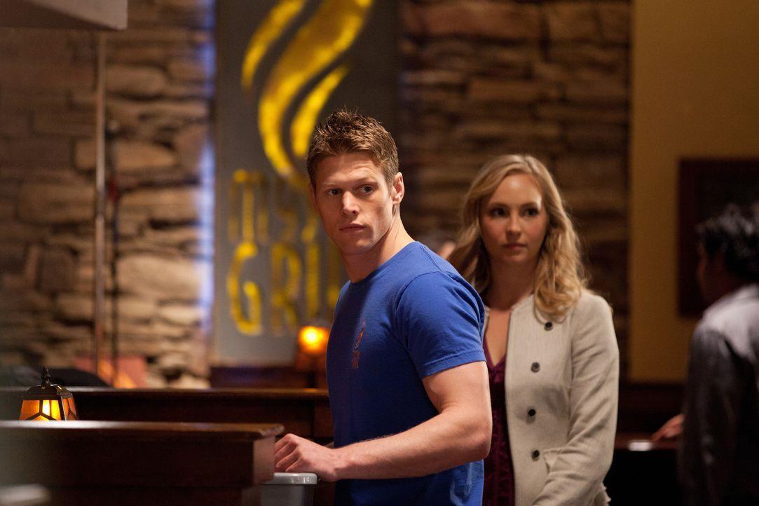 Caroline (Candice Accola, r.) ahnt nicht, dass Matt (Zach Roerig, l.) etwas vor ihr verheimlicht ... - Bildquelle: Warner Brothers