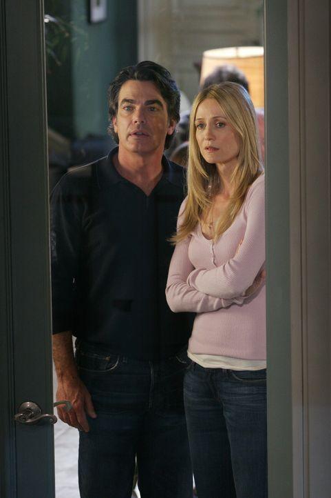 Sandy (Peter Gallagher, l.) und Kirsten (Kelly Rowan, r.) versuchen zunächst, Ryan von seinem Vorhaben, sich an Volchok zu rächen, abzubringen, do... - Bildquelle: Warner Bros. Television