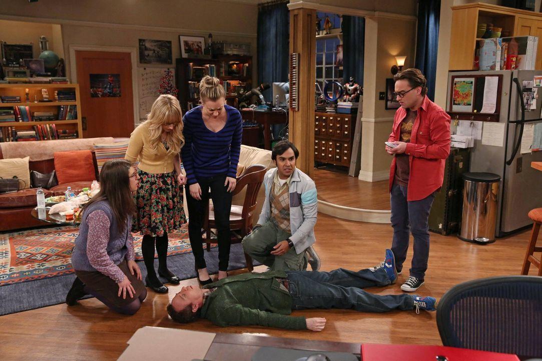 Als plötzlich Stuart (Kevin Sussman, liegend) zusammenbricht, ahnen Bernadette (Melissa Rauch, 2.v.l.), Amy (Mayim Bialik, l.), Leonard (Johnny Gale... - Bildquelle: Warner Brothers