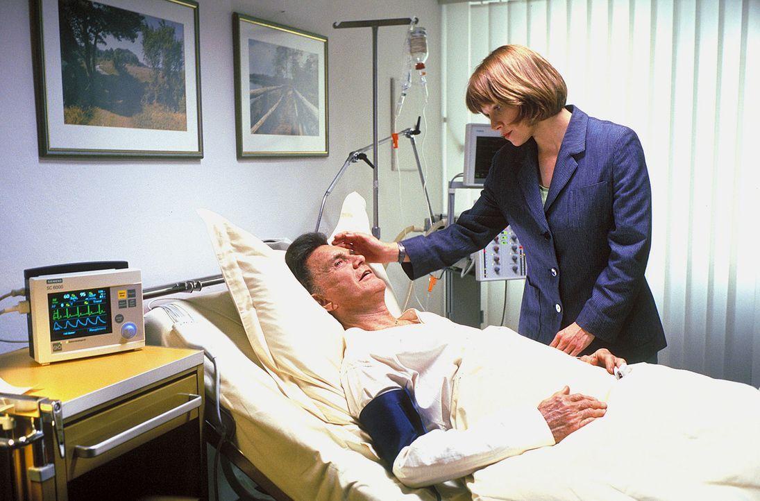 Als auf ihren Vater Cliff (Cliff Robertson, l.) ein Anschlag verübt wird, erkennt Tracy  (Sammi Davis, r.), dass sie es mit hemmungslosen Gangstern... - Bildquelle: ProSieben