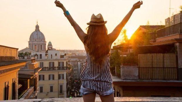 Junge Single-Frau genießt ihre Freiheit