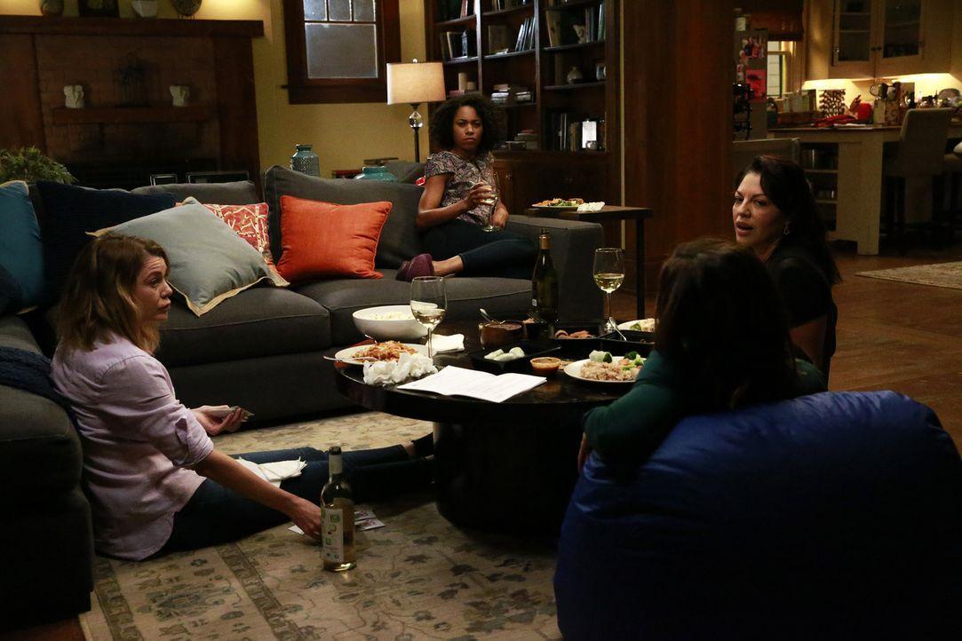 Müssen sich nicht nur mit beruflichen Problemen auseinandersetzen: Maggie (Kelly McCreary, 2.v.l.), Meredith (Ellen Pompeo, l.), Amelia (Caterina Sc... - Bildquelle: Mitchell Haaseth ABC Studios