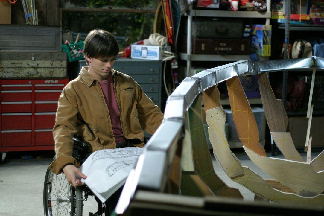 Nach und nach kann sich Kevin (Jason Ritter) für den Bootsbau erwärmen ... - Bildquelle: Sony Pictures Television
