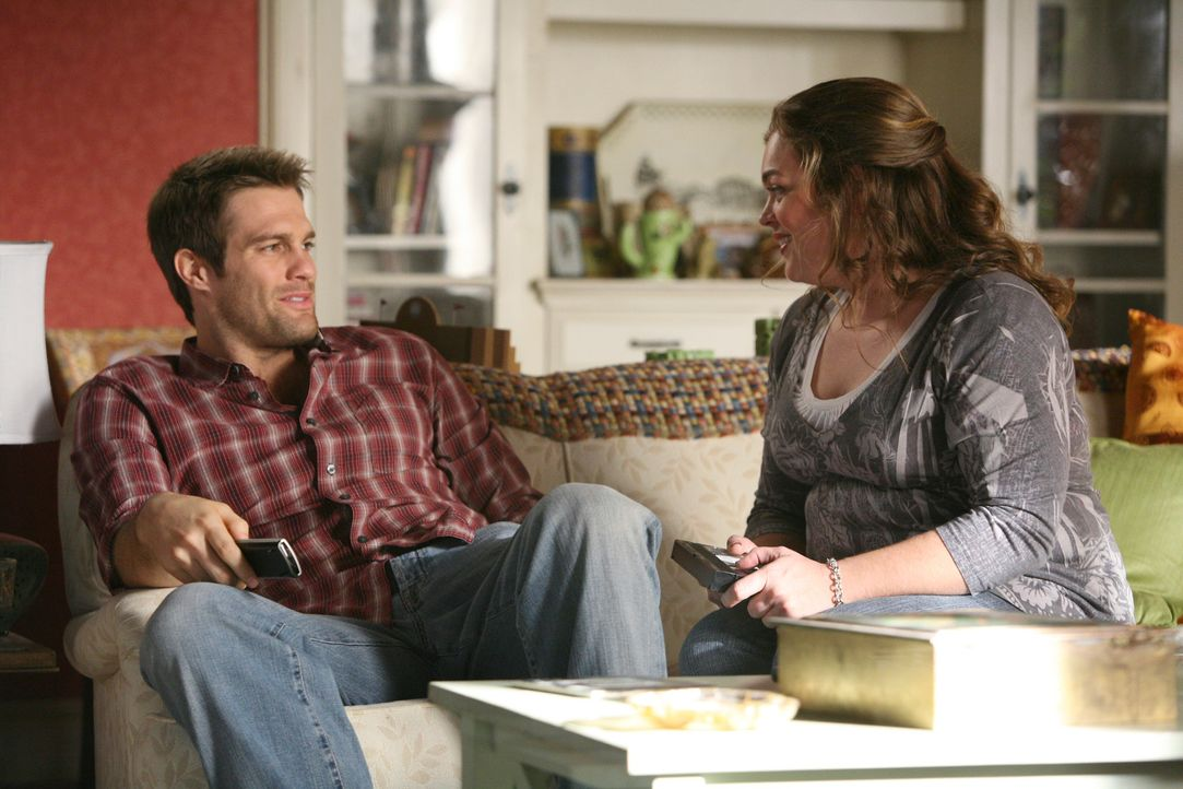 Janet (Rebecca Field, r.) wünscht sich sehr, dass sie und Eddie Latekka (Geoff Stults, l.) mehr Zeit miteinander verbringen. - Bildquelle: ABC Studios