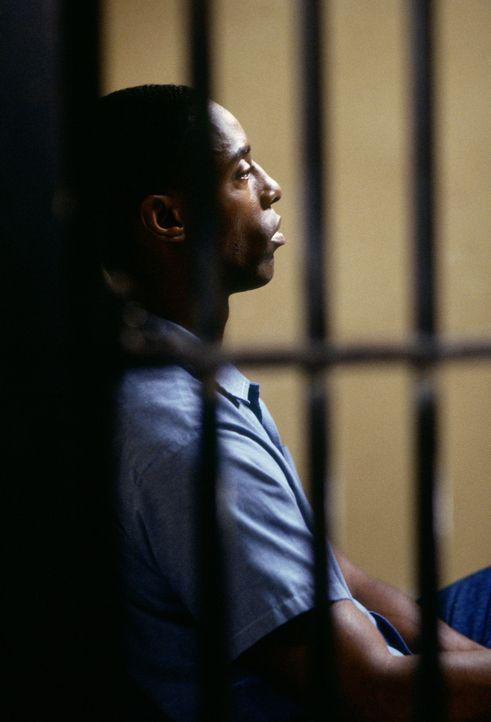 Everett wittert, dass der junge Mechaniker Beachum (Isaiah Washington), zu Unrecht verurteilt wurde - doch ihm bleiben nur 12 Stunden Zeit, um das L... - Bildquelle: Warner Bros.
