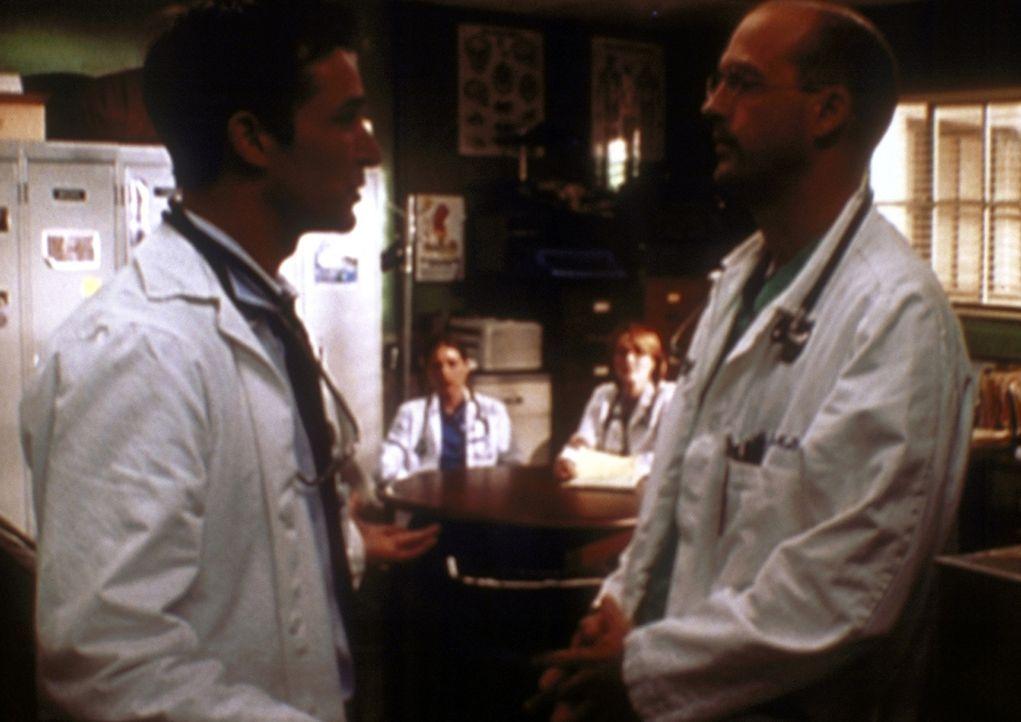 Greene (Anthony Edwards, r.) stellt Carter (Noah Wyle, l.) zur Rede, der sich ein Betäubungsmittel gespritzt hat. - Bildquelle: TM+  2000 WARNER BROS.