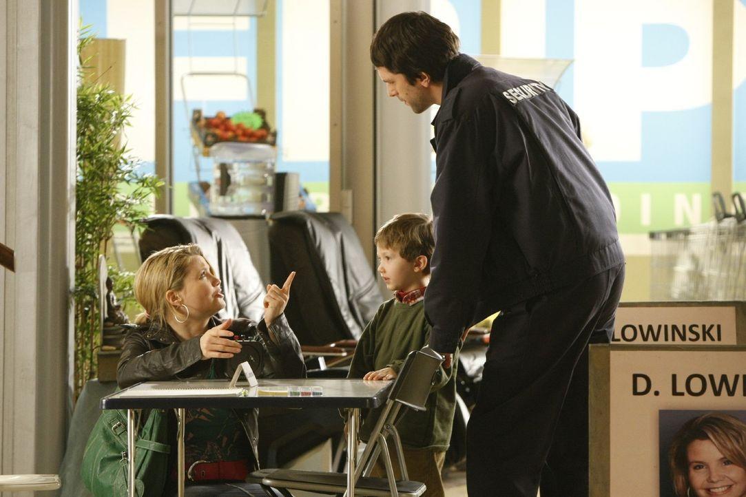 Manni Goldmann (Christian Furrer, r.) ist alleinerziehender Vater und auf der verzweifelten Suche nach einem Kindergartenplatz für seinen Sohn Malte... - Bildquelle: Frank Dicks SAT.1