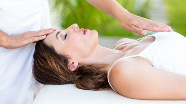 Massage_2015_11_04_Reiki Behandlung_Schmuckbild_fotolia_WavebreakmediaMicro