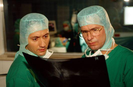 Dr. Kampmann (Ulrich Reinthaller, l.) und Dr. Lüders (Ralf Lindermann, r.) be...