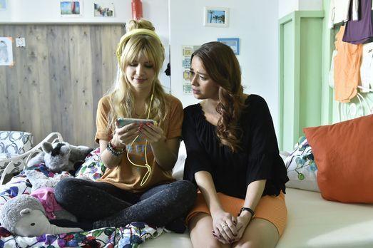 Mila - Sally (Laura Osswald, r.) hilft Mila (Susan Sideropoulos, l.) bei der...