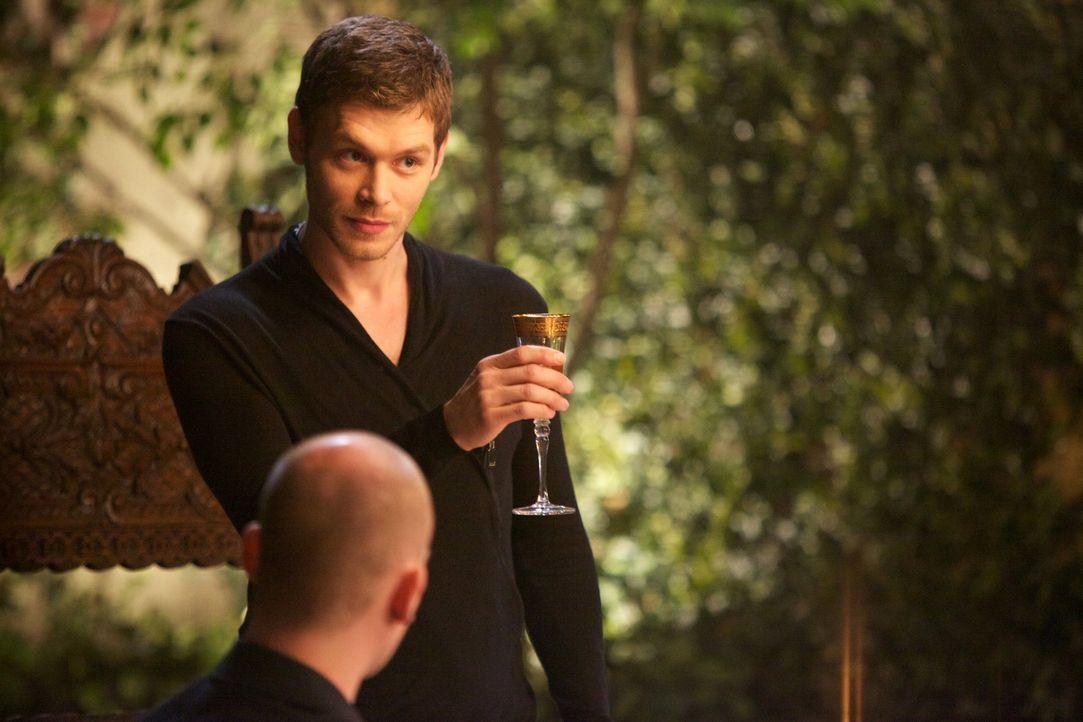 Klaus trinkt auf sich - Bildquelle: Warner Bros. Entertainment Inc