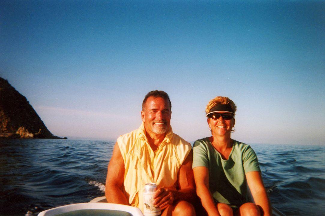 Tom (l.) und Jackie (r.) Hawks wollten eigentlich nur ihre Yacht verkaufen, doch die angeblichen Kaufinteressenten stellten sich als eiskalte Mörder... - Bildquelle: 2016 NBCUniversal Alle Rechte vorbehalten