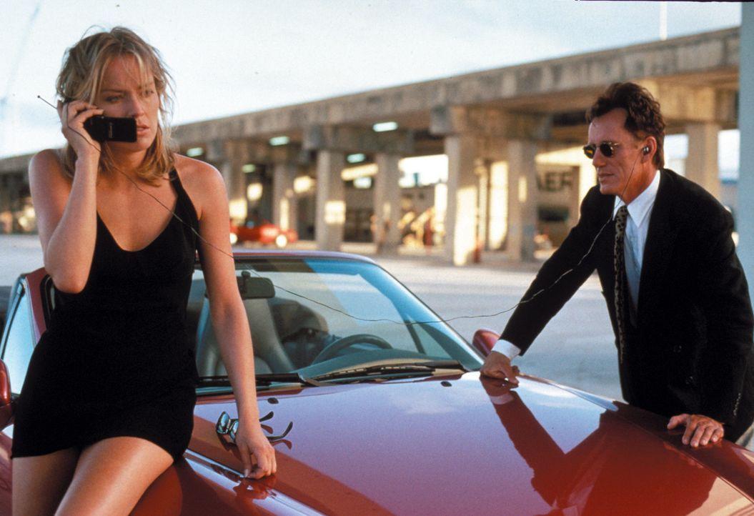 Die schöne May Munro (Sharon Stone, l.) bittet den Profi-Killer Ray Quick, die Mörder ihrer Eltern zu töten. Dabei trifft Quick dummerweise auf e... - Bildquelle: Warner Brothers