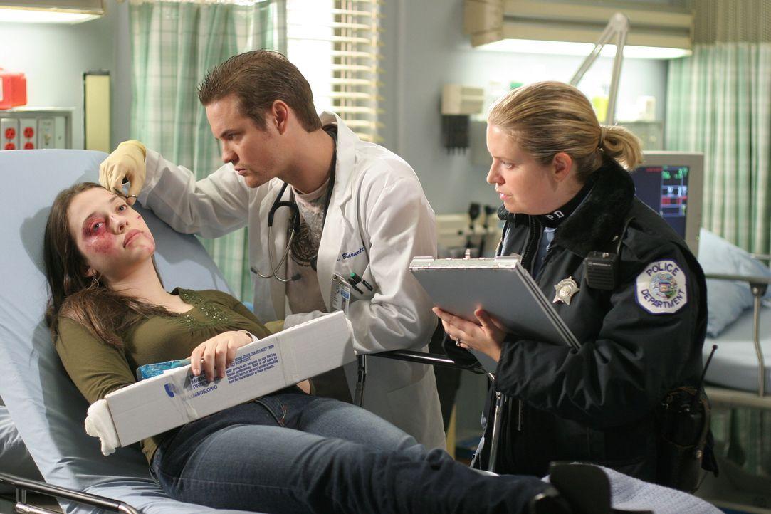 Ray (Shane West, M.) gerät in eine unangenehme Situation, als seine minderjährige Freundin Zoe (Kat Dennings, l.) mit schwerwiegenden Verletzungen i... - Bildquelle: Warner Bros. Television