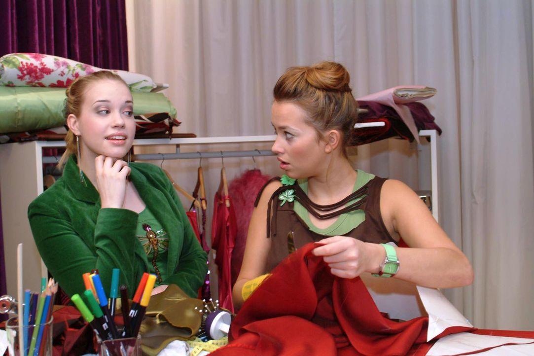 Kim (Lara-Isabelle Rentinck, l.) hat eine Idee, wie Hannah (Laura Osswald, r.) ihr Finanzproblem lösen kann. - Bildquelle: Monika Schürle Sat.1