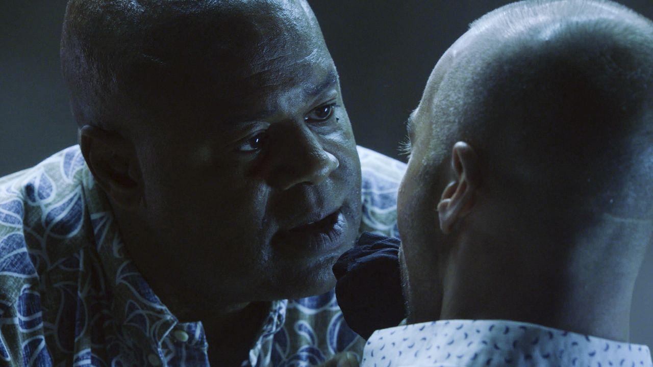 Beim Verhör des Hackers Aaron Wright (Joey Lawrence, r.) zeigt Grover (Chi McBride, l.) keine Gnade. Denn Wrights Bruder war der Entführer von Grove... - Bildquelle: 2017 CBS Broadcasting Inc. All Rights Reserved.