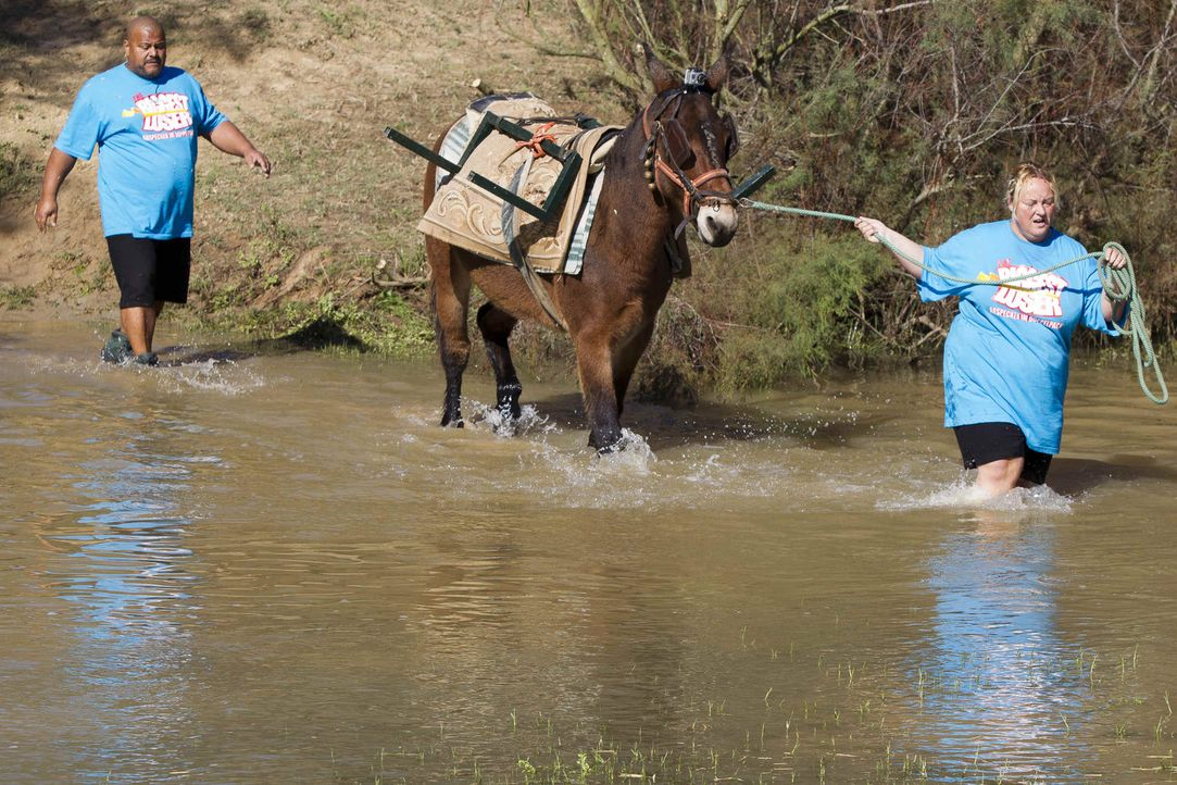 Einen Fluss zu durchwaten hört sich leicht an. Doch mit etlichen Kilos Übergewicht wird eine solche Aufgabe schnell zu einem echten Härtetest für di... - Bildquelle: Enrique Cano SAT.1