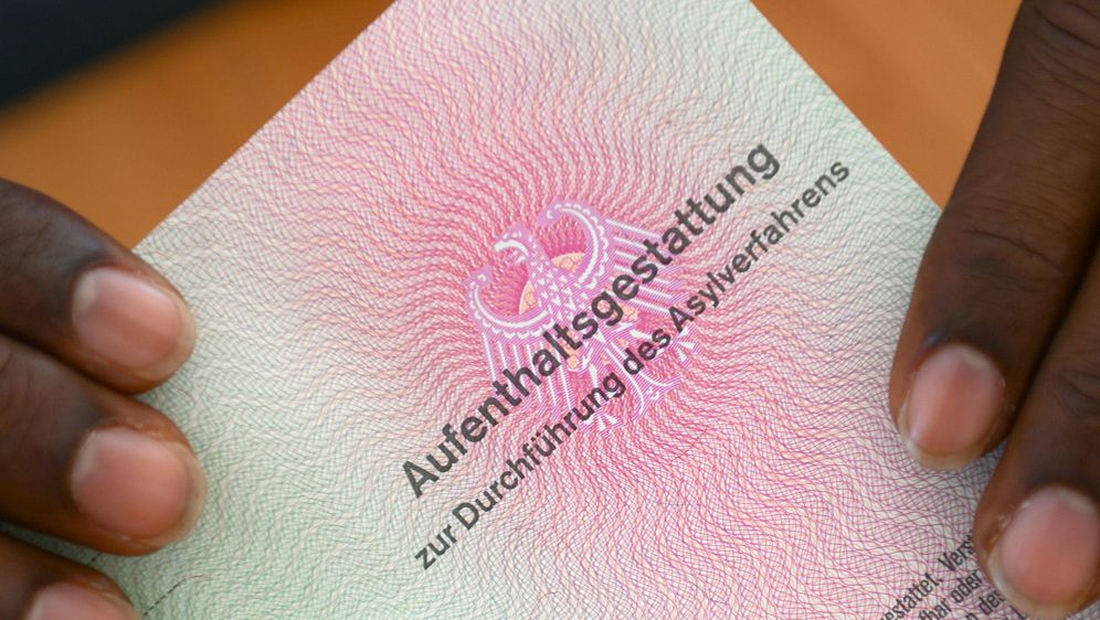 Flüchtlinge: Handel mit Identitäten - Bildquelle: (c) Copyright 2014, dpa (www.dpa.de). Alle Rechte vorbehalten
