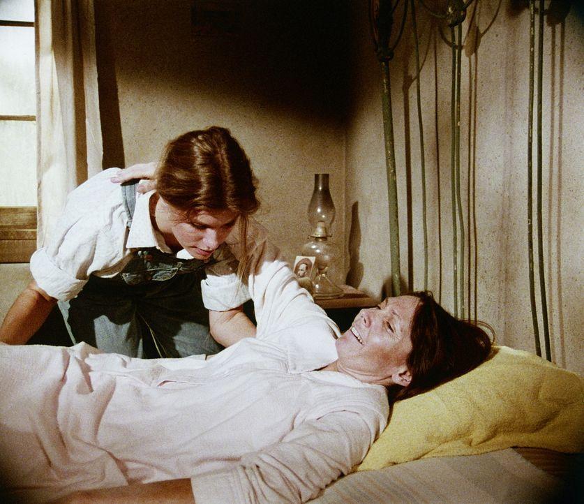 Bei der Betreuung der kranken Essie Basham (Tamar Cooper, r.) bekommt Mary Ellen (Judy Norton-Taylor, l.) einen ersten Einblick in den Beruf der Kra... - Bildquelle: WARNER BROS. INTERNATIONAL TELEVISION