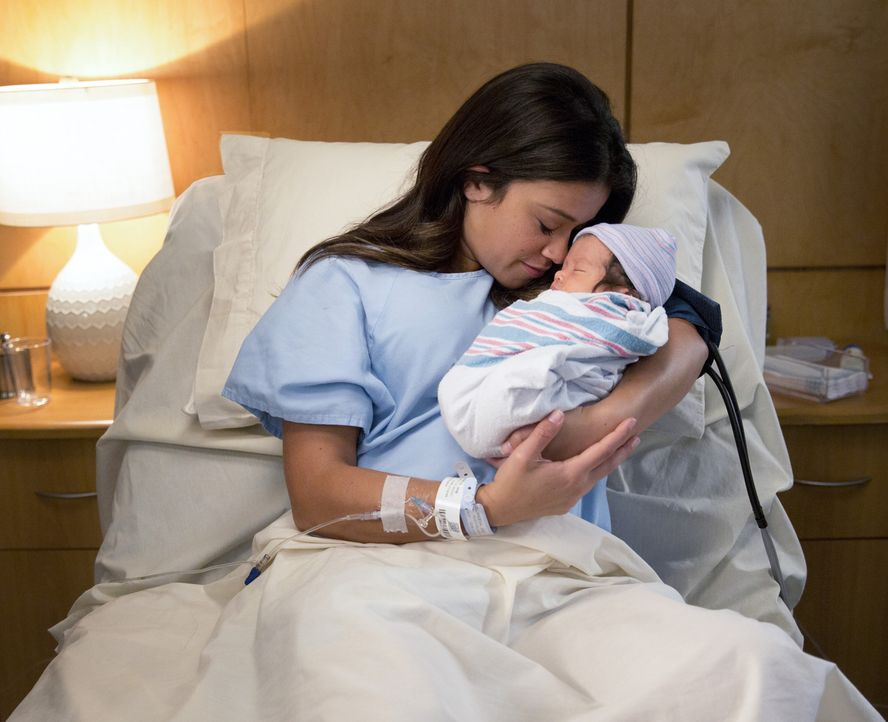 Endlich ist es soweit: Jane (Gina Rodriguez) hat ihr Baby zur Welt gebracht ... - Bildquelle: 2014 The CW Network, LLC. All rights reserved.