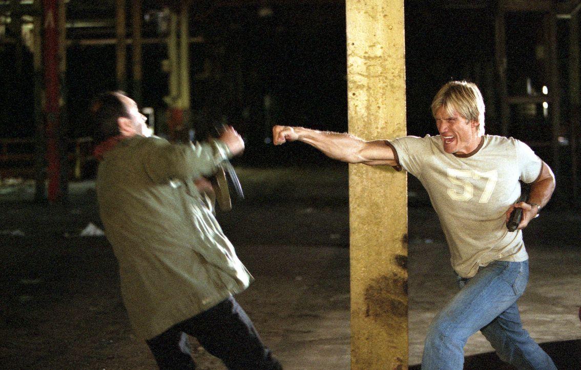 Muss sich gegen seine blutrünstigen Kollegen zur Wehr setzen: Cop Frank Gannon (Dolph Lundgren, r.) ... - Bildquelle: Nu-Image Films