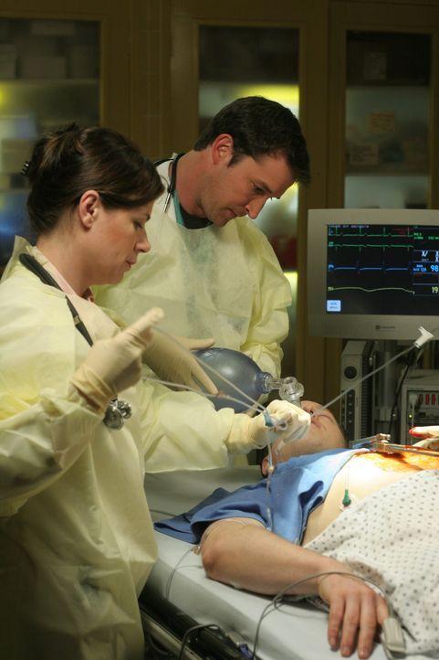 Abby (Maura Tierney, l.) und Carter (Noah Wyle, r.) versuchen Kirkendall's (Raphael Sbarge, liegend) Leben zu retten ... - Bildquelle: WARNER BROS