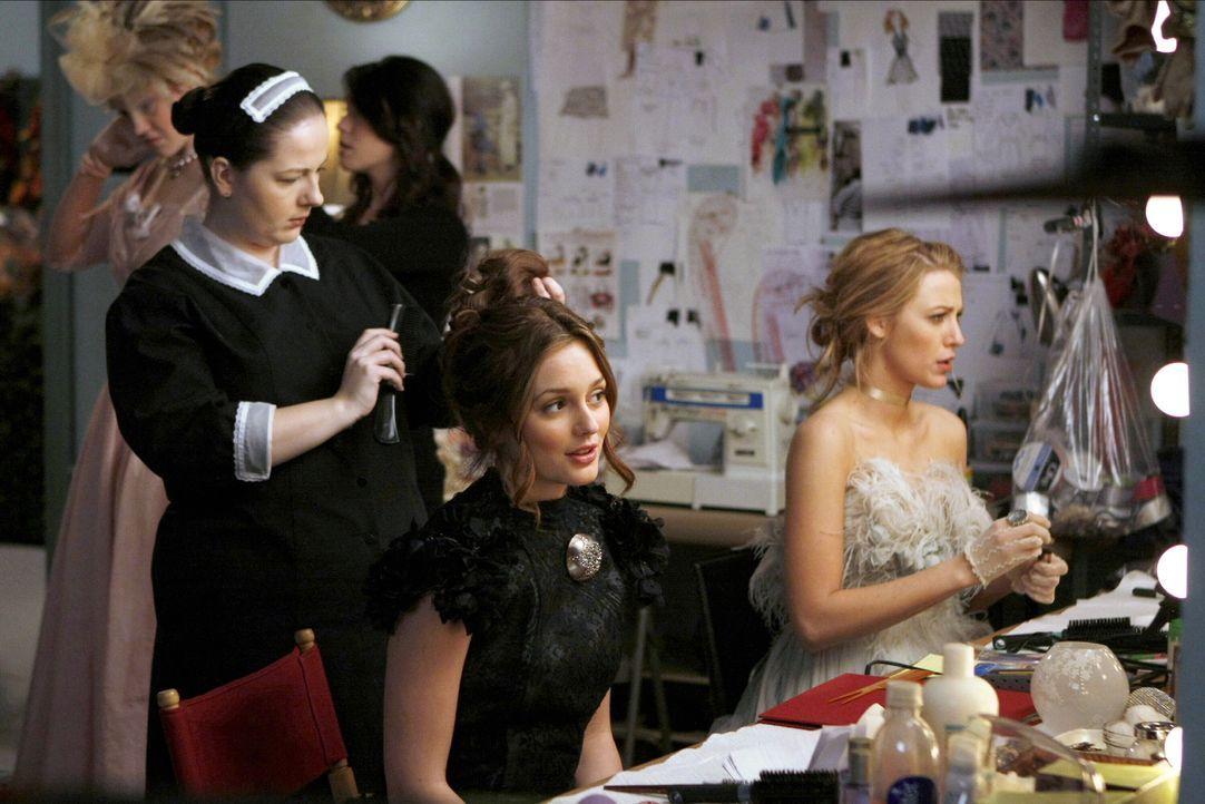 Die Vorbereitungen für das Theaterstück laufen auf Hochtouren: Dorota (Zuzanna Szadkowski, l.), Blair (Leighton Meester, M.) und Serena (Blake Livel... - Bildquelle: Warner Brothers